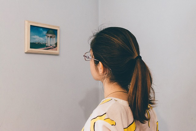 lady at an art gallery for a cheap date night